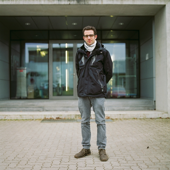 Juancho frente a la entrada de su laboratorio en el KIT Karlsruhe. Febrero 2013.